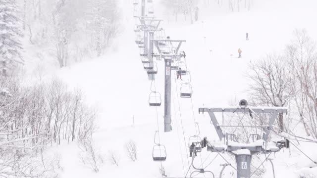 スキー場でスキーやスノーボードをしている人。冬のスポーツと休暇 - ゲレンデ点の映像素材/bロール