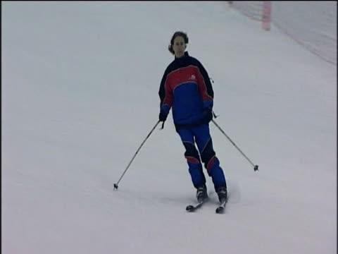 vídeos de stock e filmes b-roll de people skiing at world's largest indoor ski resort ski dubai - bastão de esqui