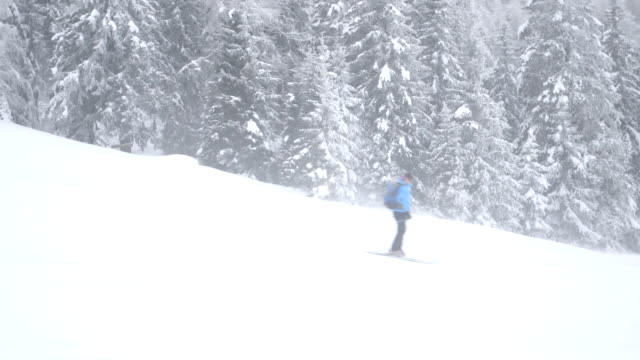 vídeos de stock e filmes b-roll de people skiing while enjoying winter - roupa de esqui