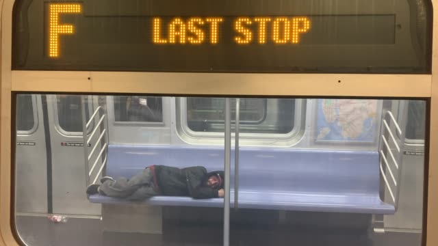 vídeos y material grabado en eventos de stock de people sleep on a train car as the new york city subway system the largest public transportation system in the nation closes for nightly cleaning due... - imagen en movimiento imágenes