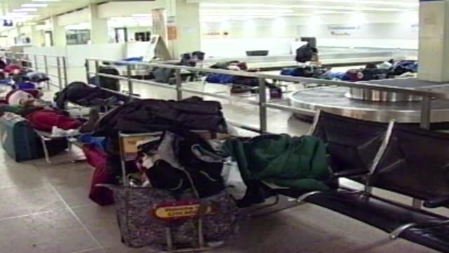 vídeos de stock, filmes e b-roll de people sleeping in o'hare terminal at o'hare airport on december 11 2000 in chicago illinois - chuva congelada