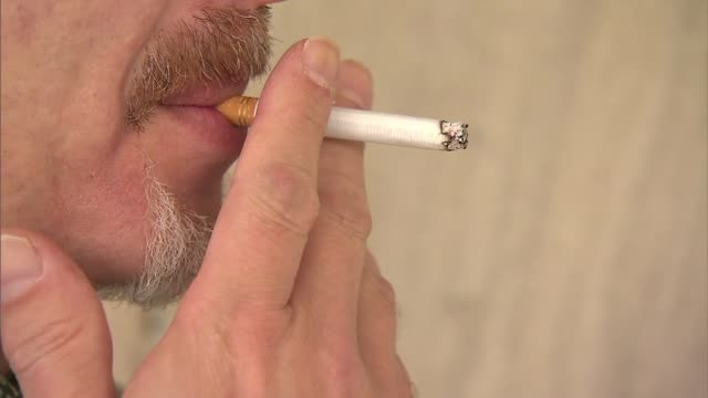 vídeos de stock e filmes b-roll de ktla people smoking cigarettes - cigarro