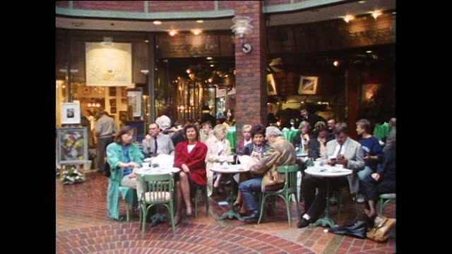 people socialise in a cafe and wine bar in hamburg; 1991 - ワインバー点の映像素材/bロール