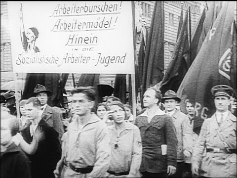 vidéos et rushes de b/w 1918 people soldiers parading with flags past camera / berlin germany / documentary - 1918