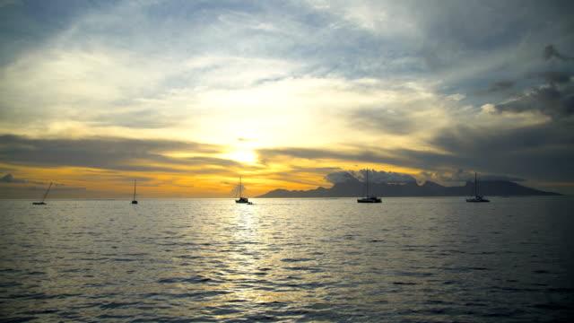 vídeos de stock e filmes b-roll de people speed boating at sunset moorea pacific ocean - povo polinésio