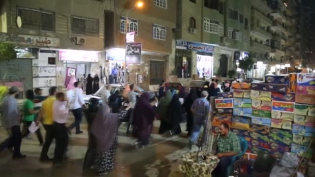 people stage a protest after an egyptian court on tuesday sentenced former president mohamed morsi to death over jailbreak charges in giza egypt on... - gefängnisausbruch stock-videos und b-roll-filmmaterial
