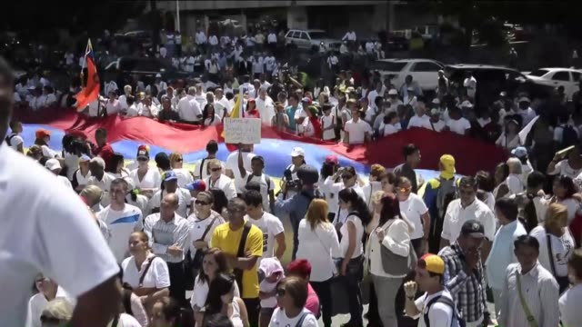 people stage a protest to demand the release of venezuelan opposition leader leopoldo lopez on the anniversary of his arrest in caracas venezuela on... - fordern stock-videos und b-roll-filmmaterial