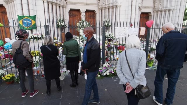 vidéos et rushes de people stand in front of notre dame basilica on november 01, 2020 in nice, france. a 21-year-old tunisian man is accused of fatally stabbing three... - cathédrale
