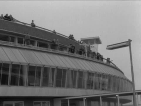 vídeos de stock, filmes e b-roll de people stand on the viewing platform at london airport - ponto de observação
