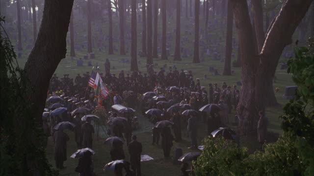 vídeos y material grabado en eventos de stock de people standing around coffin in cemetery. - menos de diez segundos