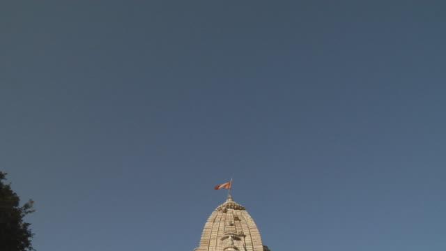 ms td people standing in entrance of jain temple/ chittorgarh, rajasthan, india - besichtigung stock-videos und b-roll-filmmaterial