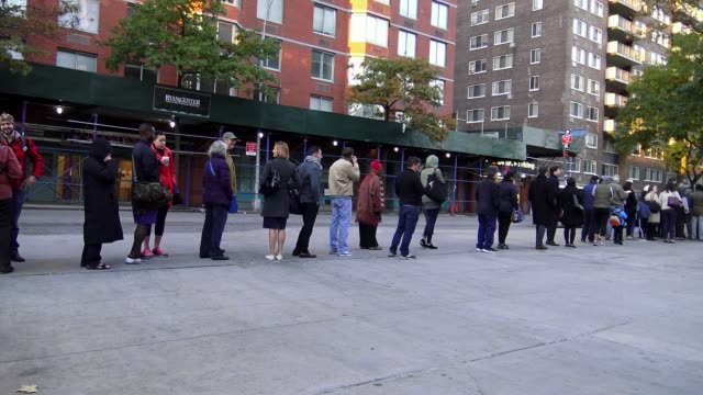 people standing in line to vote during the us presidential election /upper west side, ps 163 west 96th street / manhattan, new york city, usa / model... - loslassen aktivitäten und sport stock-videos und b-roll-filmmaterial