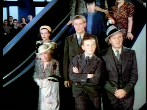 vídeos y material grabado en eventos de stock de 1940 people standing looking up watching something / new york world's fair / industrial - feria mundial de nueva york