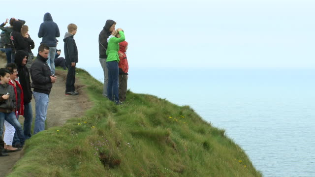 ms people standing on cliffs of moher / ennis inis, county clare, ireland - 史跡めぐり点の映像素材/bロール