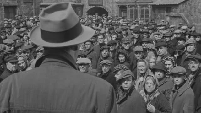 stockvideo's en b-roll-footage met ms people standing on street - anticipation