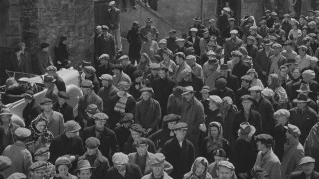 ws people standing on street - schiebermütze stock-videos und b-roll-filmmaterial