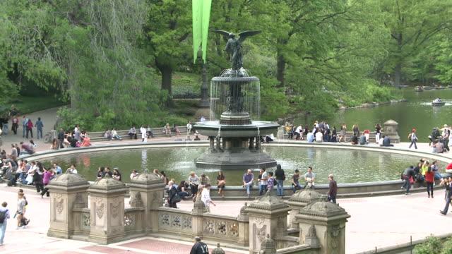 vídeos de stock e filmes b-roll de ms tu people strolling around  bethesda fountain in central park / new york, united states - fonte bethesda