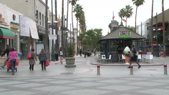 vídeos de stock e filmes b-roll de ms people strolling on walking street in santa monica / los angeles, california, united states - escrita ocidental