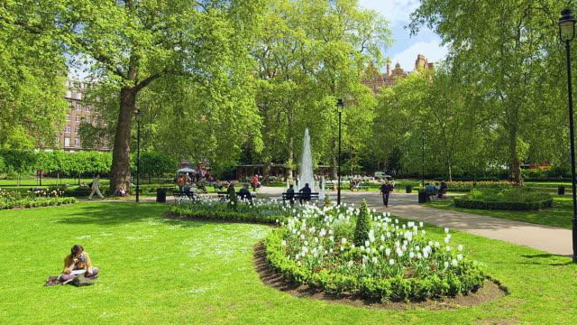 t/l ws zo people strolling through russell square / london, united kingdom - 園芸学点の映像素材/bロール