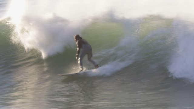 人が海にサーフィン - サーフィン点の映像素材/bロール