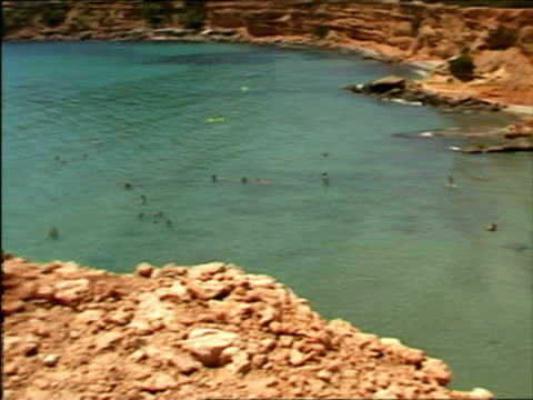 vidéos et rushes de ms, pan, ha, people swimming and relaxing on beach, ibiza, spain - moins de 10 secondes
