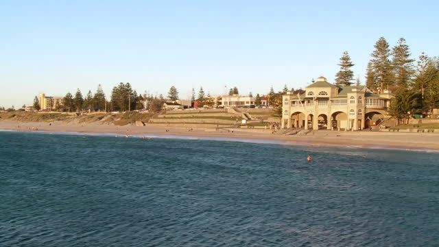 ws zo people swimming at cottesloe beach / perth, western australia, australia - gemeinsam gehen stock-videos und b-roll-filmmaterial
