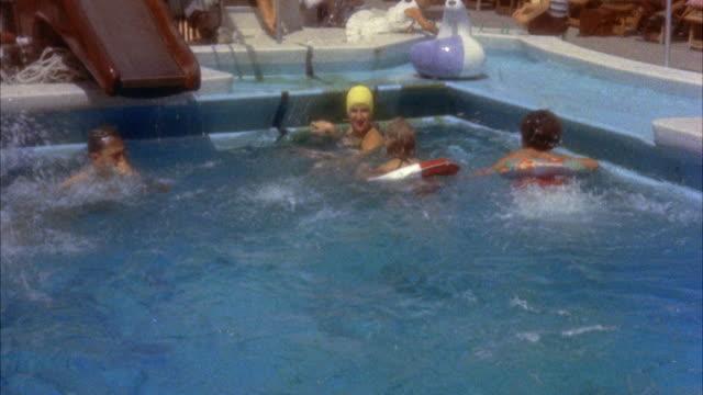 vídeos de stock e filmes b-roll de ms people swimming in swimming pool - touca de natação
