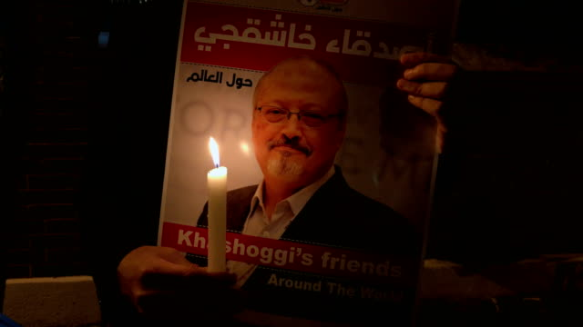 people take part in a candle light vigil to remember journalist jamal khashoggi outside the saudi arabia consulate on october 25 2018 in istanbul... - 追悼式点の映像素材/bロール
