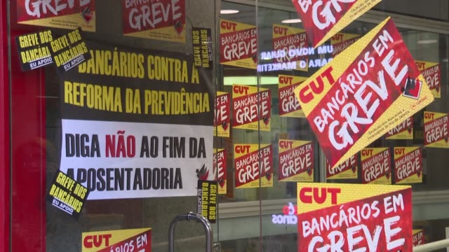 stockvideo's en b-roll-footage met people take part in a nationwide strike called by brazil's trade unions in rio de janeiro ahead of protests against far right president jair... - vakbond