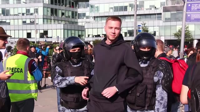vidéos et rushes de people take part in an unauthorized rally in support of rejected independent candidates in the upcoming moscow city duma election and riot police... - moscou