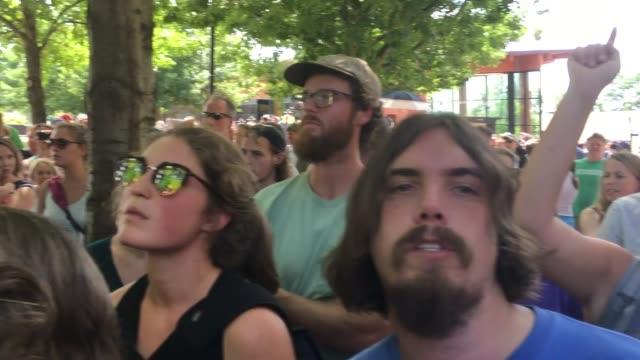 vídeos de stock, filmes e b-roll de people take part in jason kessler press conference in charlottesville, virginia, on august 13, 2017. leftist clashes with riot police and press... - multidão violenta