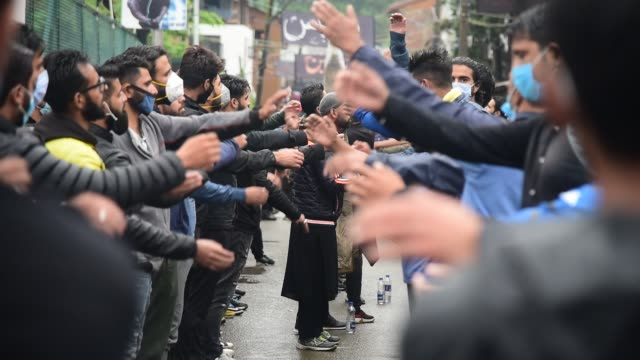 vidéos et rushes de people take part in the muharram procession, in srinagar, india, on august 28, 2020. authorities imposed strict restrictions in many areas of... - fête religieuse