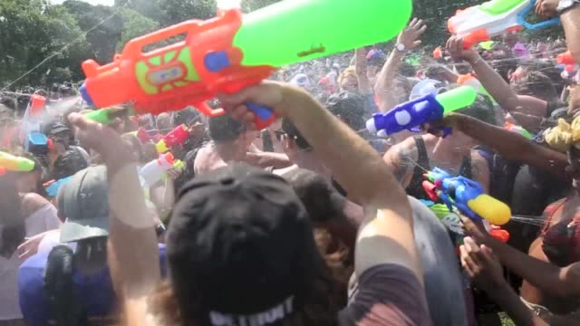people take part in the waterfight nyc 2015 on the great lawn of central park in new york city, usa on july 25, 2015. - 水遊び点の映像素材/bロール