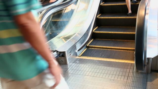 vídeos y material grabado en eventos de stock de personas que toman la escalera mecánica en un centro comercial - cambio de oficina