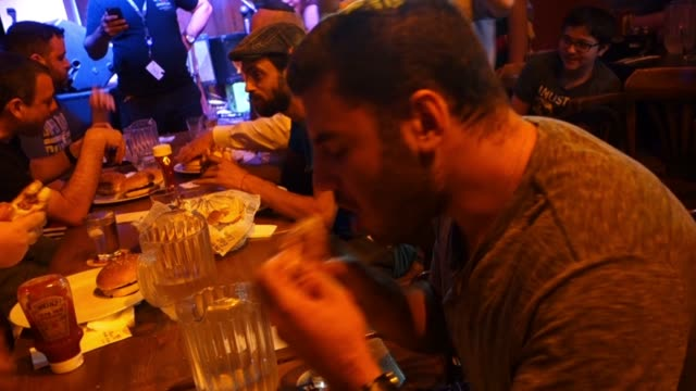 vídeos de stock, filmes e b-roll de people taking part in a burger competition in mike's place bar west jerusalem israel may end the imports of live animals sheep and cattle from... - carne vermelha