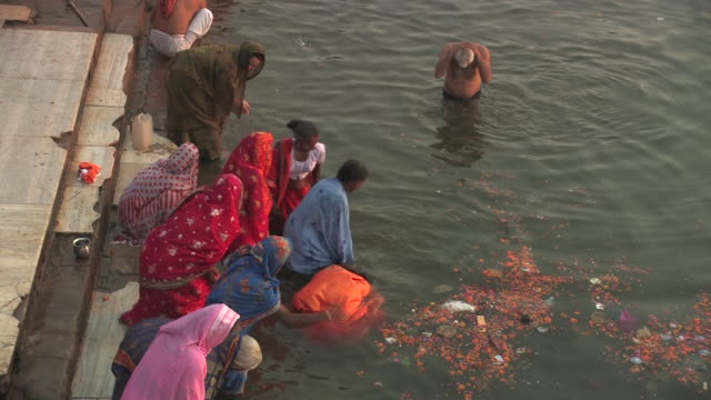 MS, HA, People taking ritual bath in Ganges river, Varanasi, Uttar Pradesh, India