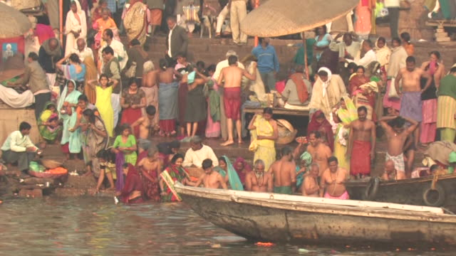 ms, people taking ritual bath in ganges river, varanasi, uttar pradesh, india - ヒンズー教点の映像素材/bロール