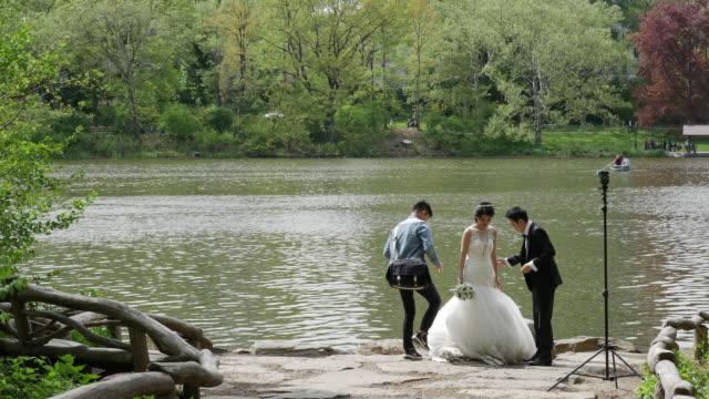 vidéos et rushes de people taking wedding pictures in central park, new york city - photographe
