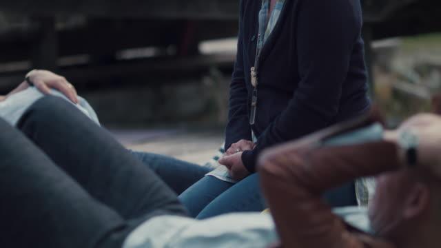 vídeos de stock e filmes b-roll de people talking during meditation - plena consciência