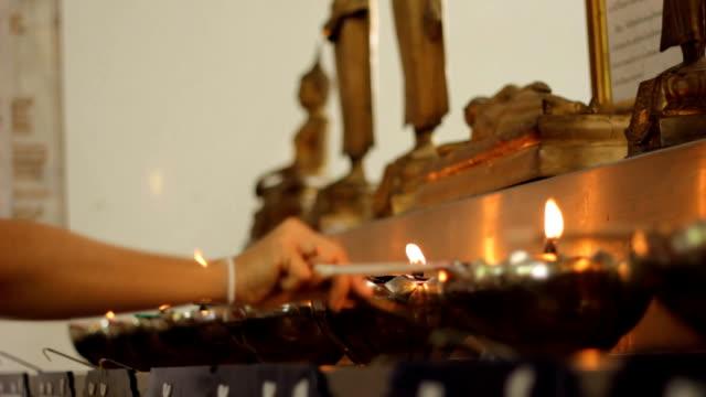 vídeos de stock e filmes b-roll de pessoas de bamyan sagrado - santuário