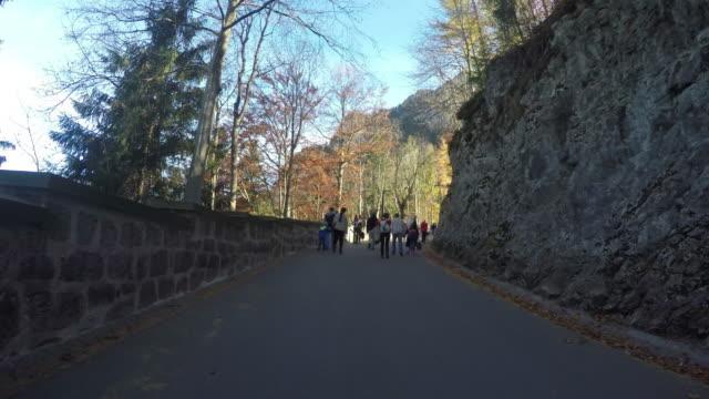Menschen Tourismus Fuß hoch und runter zu Schloss Neuschwanstein.