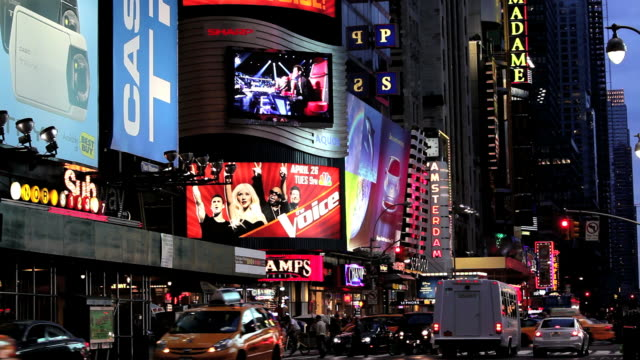 people traffic and billboards of times square, manhattan, new york, north america, usa - マンハッタン タイムズスクエア点の映像素材/bロール