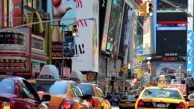 people traffic and billboards of times square, manhattan, new york, north america, usa - gelbes taxi stock-videos und b-roll-filmmaterial