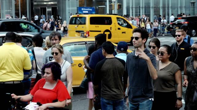 vídeos de stock, filmes e b-roll de people traffic, avenue of the americas, manhattan - new york city - passagem subterrânea via pública