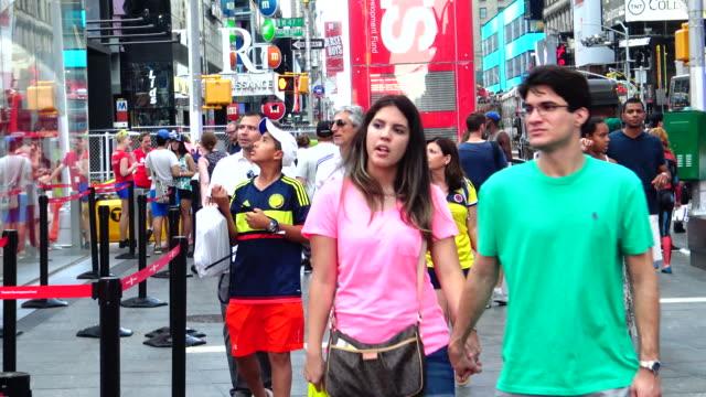 vídeos de stock, filmes e b-roll de people traffic, duffy square times square, new york city - bolsa tiracolo bolsa