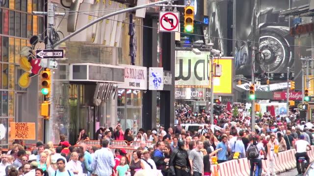 vídeos de stock, filmes e b-roll de people traffic, times square, new york city - distrito dos teatros