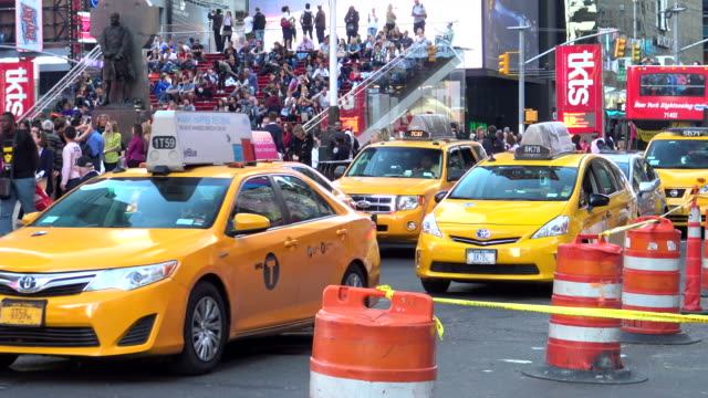 stockvideo's en b-roll-footage met people traffic, times square, new york city - dubbeldekker bus