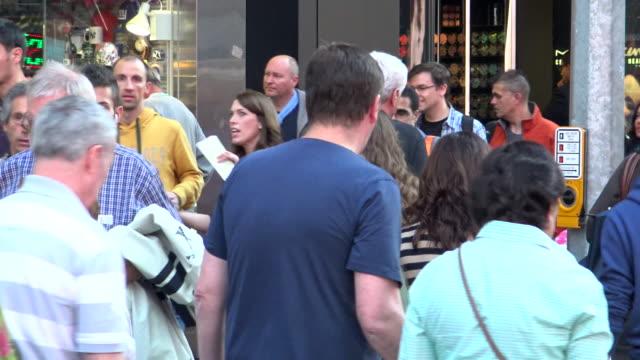 vidéos et rushes de people traffic, times square, new york city - heure de pointe