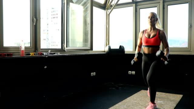 vídeos de stock, filmes e b-roll de pessoas que treinam com pesos - sutiã para esportes