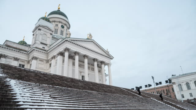 vídeos de stock e filmes b-roll de people traveling at helsinki cathedral, helsinki, finland. - catedral